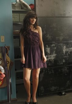 Jess (Zooey Deschanel) purple ruffle one shoulder dress from New Girl Wedding Zooey Deschanel Style, Zoey Deschanel, Zooey Deschanel Bikini, Style Année 20, New Girl Style, Jessica Day, New Girl Outfits, Outfit Of The Day, New Girl Episodes