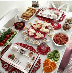 Petit déjeuner d'amour Romantic Breakfast, Good Morning Breakfast, Breakfast For Dinner, Breakfast Recipes, Breakfast Ideas, Table Plate Setting, Easy Sweets, Dinner With Friends, Food Decoration