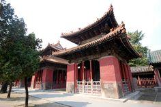 """Residencia de la familia Kong (孔府, Kǒng fǔ) en #Qufu (曲阜, Qūfù), #Shandong. Tierra natal de Confucio. Fue aquí donde el gran maestro impartió conferencias y estableció el confucianismo, que marcaría una profunda huella en China durante más de dos mil años. Junto con el templo de #confucio, y el bosque de Confucio, son conocidos como """"los tres Kong"""" ya que Kong (孔) es el apellido de #Confucio. http://confuciomag.com/qufu_y_los_tres_kong_de_confucio #revistainstitutoconfucio #china"""