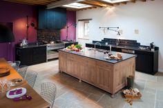 îlot cuisine en chêne massif, plan de travail en granit noir, hotte et linéaires cuisine en bois brut peint noir design vintage cuisiniste rennes nantes