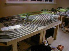 This layout is built on Marklin HO layout model train concept. Here are few images of this wonderful model train layout. N Scale Model Trains, Scale Models, Train Ho, Ho Train Layouts, N Scale Train Layout, Escala Ho, Model Railway Track Plans, Electric Train Sets, Train Table