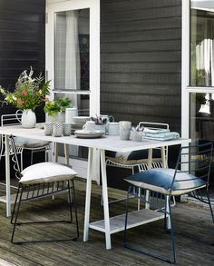 Outside terrace with blue and wite wire chairs and a wooden table with dandelion nordal tableware| Styling Fietje Bruijn, Marianne Luning, Frans Uyterlinde | vtwonen june 2015 | #vtwonenshop