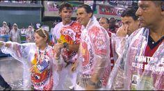 Debaixo de forte chuva, Rafael Nadal e Guga caem no samba na Sapucaí | globoesporte.com