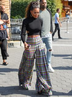 Or Hmm…: Mel B.'s Extra Cushnie et Ochs Black Cut-out Turtleneck Sweater and Marco de Vincenzo Prefall 2016 Plaid Flare Pants Fashion Pants, Fashion Outfits, Womens Fashion, Fashion Fashion, Fashion News, Mode Hipster, Winter Mode, Looks Chic, Mode Streetwear