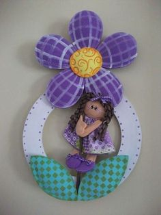 Serve como porta maternidade também.Circulo em MDF. Menina e flor em EVA com enchimento. R$ 56,00