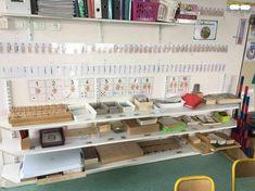 Voici le coin maths dans ma classe de maternelle : du matériel essentiellement Montessori, mais pas uniquement. numération à 10, système décimal et calcul