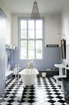Enkelt och stilrent badrum i gammal skola. Foto Ingalill Snitt Modern Bathroom Design, Clawfoot Bathtub, Small Bathroom, Bathrooms, Inspiration, Instagram, Home Decor, Yellow Houses, Beach