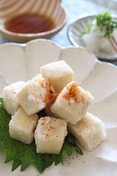 こうや豆腐を揚げて、とろみをつけためんつゆのタレにつけて食べるスタイルに!外はカリカリ、中はしっとり、アツアツを召し上がれ!