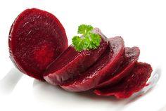 Kırmızı pancar, ıspanakgiller ailesinden olan, yumru kökü çok lezzetli ve sağlığa son derece faydalı toprak altında yetişen bir kök sebzedir. Kırmızı renkli besinlerin kansere ve kalp damar hastalıklarına karşı bilinen koruyucu etkileri çoğunlukla kırmızı lahanada olduğu gibi antosiyanin içeriğine bağlıdır. Kırmızı pancara bu rengi veren ise betalain grubu maddelerdir ve bu açısından eşşizdir.İstanbul Florence Nightingale Hastanesi, Sağlıklı Yaşam Merkezi Direktörü, Uzm. Dr. Özgür Şamilgil…