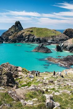 Kynance Cove is the prettiest and most photographed beach in Cornwall. It is said to be one of the best beaches in Europe and certainly the best beach in England. Uk Beaches, Beaches In The World, Best Beaches In Uk, Beaches In Ireland, Best Beaches In England, Most Beautiful Beaches, Beautiful Places, Things To Do In Cornwall, Best Places In Cornwall