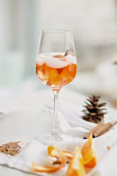 Recipe: Weihnachtlicher Spritz - Getränke & Drinks für die SilvesterpartyOf course in the next few days I will also present the dishes that were cooked at dinner here. It starts with the Christmas spritz, which was served as an aperitif for my evenin Christmas Drinks, Holiday Drinks, Holiday Desserts, Holiday Recipes, Christmas Dinners, Holiday Punch, Drinks Alcohol Recipes, Cocktail Recipes, Alcoholic Drinks