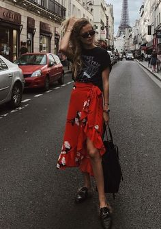 7 jeitos descolados de usar saia midi. T-shirt preta estampada, saia vermelha com babados estampada, mule estilo loafer