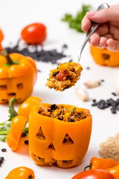 Jack-o'-lantern chicken and rice stuffed peppers from MakeItGrateful.com - #maindish #stuffedpeppers #jackolantern #makeitgrateful Halloween Food Dishes, Halloween Themed Food, Hallowen Food, Healthy Halloween, Halloween Stuffed Peppers, La Fam, Stuffed Peppers With Rice, Chicken And Brown Rice, Dinner Themes