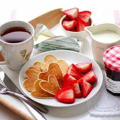 Rosso passione come le fragole, rilassante come una calda tazza di tè, romantica come un cuore di frittella. Buona colazione a tutti! #Dalani #Colazionealetto #Mattina #Buongiorno
