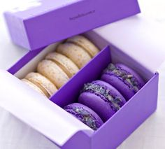 No se si va en gastronomía o color...en todo caso me encanta !!! Lilac and vanilla macarons
