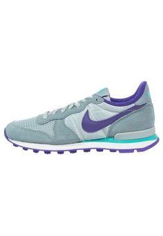 Trendy Nike Sportswear INTERNATIONALIST Sneakers laag aviator grey/court purple/silver wing Sneakers van het merk Nike Sportswear voor Dames . Uitgevoerd in Grijs gemaakt van leer en textiel.