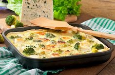 This crispy and healthy Wild Rice & Broccoli Bake can feed the whole family and is easy to prepare for when you've had a long day. Plus, it's even vegetarian-friendly. Wild Rice Recipes, Veggie Recipes, Diet Recipes, Chicken Recipes, Cooking Recipes, Healthy Recipes, Broccoli Bake, Clean Eating, Healthy Eating