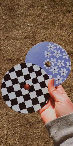 Solo el CD de cuadritos blancos y negros xd Record Wall Art, Cd Wall Art, Cd Art, Easy Canvas Art, Mini Canvas Art, Diy Canvas, Indie Room Decor, Cd Crafts, Aesthetic Painting