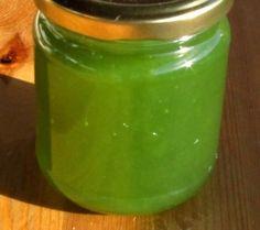 - 150 gr de feuilles de menthe, - 600 ml d'eau, - 800 grs de sucre, - le jus d'un citron, - 1 cuil. à café d'agar agar, Hâcher et faire bouillir les feuilles de menthe, couvrir et laisser reposer 10 mn. Recueillir le jus en le filtrant dans une étamine...
