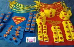 Kit de 04 peças do tema Super Heróis ou Vingadores, contendo: (1) capa em TNT e EVA, (2) braceletes em EVA e (1) máscara ou tiara em EVA. Fazemos todos os personagens, tanto para meninos, quanto para meninas.    O tamanho da capa é de (AxL) 60cm x 50cm.    Pedido mínimo: 10 kits (cada kit é embal...
