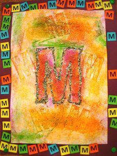 Travail autour de l'initiale#, du prénom#. Tracer l'initiale au crayon. Colorer à la craie à la cire, colorier autour. Repasser le contour de l'initiale avec un stylo à paillettes. Coller sur une feuille colorée plus grande. Dans le cadre ainsi formé, coller plusieurs fois la lettre initiale découpée dans du papier colorée.
