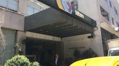 ALLANARON LA AGENCIA TELAM POR IRREGULARIDADES Y ABUSO DE PODER   Allanaron la agencia Télam por irregularidades y abuso de poder Es por una denuncia del sindicato Sitrapren contra el presidente de la entidad periodística estatal Rodolfo Pousá y el directorio. Este miércoles al mediodía allanaron el cuarto piso de las oficinas de la agencia nacional de noticias Télam ubicada en Bolivar 531 en el barrio porteño de San Telmo. La búsqueda de documentación se llevó a cabo por parte de…