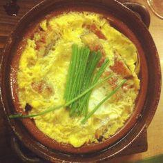 """Cazuela de anguila y huevo en Madrid.  Un sitio para volver y  recomendar. Sencillo, íntimo, agradabilísimo, con comida reconfortante (salía de una agotadora feria, y realmente me """"restauró""""). Sobresaliente  http://www.onfan.com/es/especialidades/madrid/himawari-sake-dining/cazuela-de-anguila-y-huevo?utm_source=pinterest&utm_medium=web&utm_campaign=referal"""