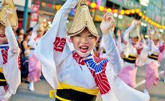 ✅ Awa Odori, en japonés (阿波踊り), es el festival de danza más grande de Japón y el carnaval más antiguo del mundo. Se celebra anualmente en la localidad de Tokushima del 12 al 15 de agosto. Más de 1.3 millones de turistas se acercan a esta tradicional celebración de Tokushima. Un gran festival de Japón en agosto.