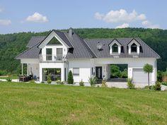Exklusive Villa • Traumhaus von Albert Haus • Spektakuläres Fertighaus mit Walmdach und Sonnenterrasse • Jetzt bei Musterhaus.net informieren!