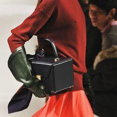 紐約時裝週 Victoria Beckham最新2017秋冬黑色小方包太有她個人風格了 @victoriabeckham #VOGUETAIWAN #VGTWFW #紐約時裝週 #nyfw #nfw #newyork #newyorkfashionweek #fashionweek #runway #fashionshow  via VOGUE TAIWAN MAGAZINE OFFICIAL INSTAGRAM - Fashion Campaigns  Haute Couture  Advertising  Editorial Photography  Magazine Cover Designs  Supermodels  Runway Models