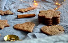 Gluteenittomat ja vegaaniset piparit - Gluten free and vegan gingerbread cookies / Sweets by Sini Vegan Gingerbread Cookies, Low Fodmap, Clean Eating, Gluten Free, Sweets, Desserts, Christmas, Food, Clean Meals