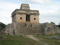 """Dzibilchaltún es un sitio arqueológico maya ubicado en el estado mexicano de Yucatán, aproximadamente 17 kilómetros al norte de Mérida, la capital del estado. Su nombre significa """"donde hay escrituras sobre piedras planas"""""""