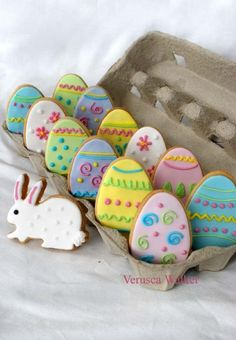 Why not have a go at making these cute Easter cookies for your Easter party? Display them in an egg box for a cute party food idea! No Egg Cookies, Cute Cookies, Easter Cookies, Easter Treats, Holiday Cookies, Cookies Et Biscuits, Sugar Cookies, Easter Biscuits, Baby Cookies