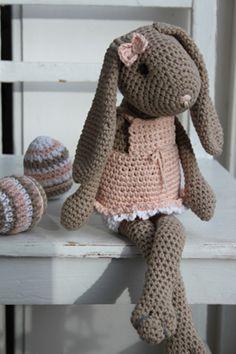 Een Nederlands haakpatroon van een Paashaas / Konijn. Lees meer over het haakpatroon van de paashaas / konijn op haakinformatie.nl Crochet Bunny Pattern, Crochet Rabbit, Crochet Amigurumi Free Patterns, Love Crochet, Diy Crochet, Crochet Dolls, Crochet Baby, Knitted Bunnies, Easter Crochet
