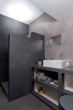salle de bains réalisée en beton ciré pour les murs, la douche italienne ainsi que le plan de travail supportant une grande vasque blanche rectangulaire Concrete Bathroom, Bathroom Flooring, Concrete Floors, Bathroom Toilets, Laundry In Bathroom, Bad Inspiration, Bathroom Inspiration, Modern Bathroom, Small Bathroom
