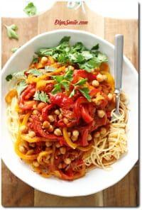 MAKARON Z CIECIERZYCĄ Simply Recipes, Slow Food, Tofu, Healthy Recipes, Healthy Food, Chili, Spaghetti, Food And Drink, Curry