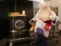 Sinterklaas leest in het grote boek.