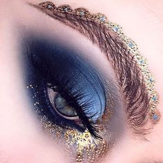 Makeup has so many possibilities @alexandraclaremua using #mehronmakeup metallic gold powder pigment #mehronuk #mehron #makeup #creativemakeup #eyes #gold #pigment #eyemakeup #eyeart
