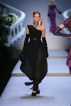 Modeschau - Dior - Herbst/Winter 2007  - Make-up-Trend: Smoky Eyes - Ein Eyeliner-Strich am Wimpernansatz verwandelt den Blick in einen unendlich sinnlichen Blickfang. Ein Make-up, das uns fast das traumhafte Abendkleid von Dior vergessen lässt...