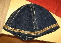 Clothing in the Viking Age Caps were made of wool, or sheepskin, or leather and fur. Some had ear flaps for warmth. Typically, they were made in the Phrygian style, with four or more triangular pieces sewn together. Norse Clothing, Clothing And Textile, Medieval Clothing, Historical Clothing, Men's Clothing, Viking Camp, Viking Men, Mens Garb, Medieval Hairstyles