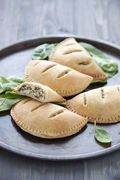 Chausson épinard ricotta (vegan) à adapter Pâte brisée : 300g de farine de blé 3/4 de c à c de sel 150 g de margarine végétale 75 ml d'eau Ricotta de tofu: 150 g de tofu 1 c à s de purée de sésame 6 c à s de crème soja 1/2 c à d'oignon en poudre 1/4 de c à c d'ail en poudre 1/4 de c à c de sel 1 c à c de jus de citron frais poivre 200 g de jeunes pousses d'épinards 1 gousse d'ail huile d'olive 1 c à s de ciboulette fraiche hachée
