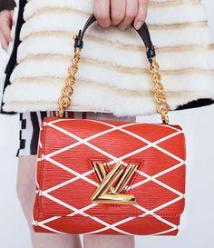 Lacollezione borse estiva presentata dalla maison Louis Vuittonsi muove come di consueto tra classicità e lusso, spaziando tra novità a creazioni iconiche tra le cui file figurano ancora una volt...