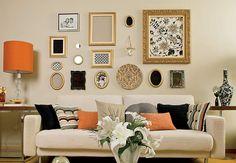 Emoldurados, retalhos de tecido de diferentes estampas vestem a parede da sala, decorada pela arquiteta Renata Cáfaro