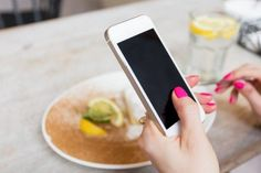 Mujer-tenencia-móvil-teléfono-en-café-768x512