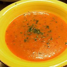 Gazpacho alla messicana peperoni rossi e gialli passata di pomodoro freschi peperoncino cetrioli prezzemolo evo Bon appétit  J