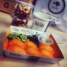 Sal-mon Ni-gi-riiiiiiiiiiiiii!!!!     #food #sushi #nigiri #salmon  #foodporn #matporr #edemame #wakame #seaweed #ginger