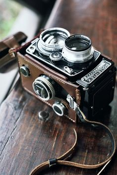 Rolleiflex Vintage Film Camera with a Leather strap. It looks so intricate for such an old camera! Antique Cameras, Vintage Cameras, Vintage Typewriters, Photography Camera, Photography Tips, Retro Photography, Pregnancy Photography, Underwater Photography, Pinterest Photography
