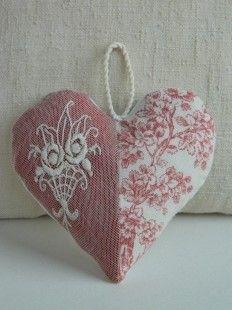 Cœur à suspendre confectionné avec une dentelle ancienne chinée dans une brocante et une toile de Jouy en lin.  Réalisation de Cannelle fil et tissu