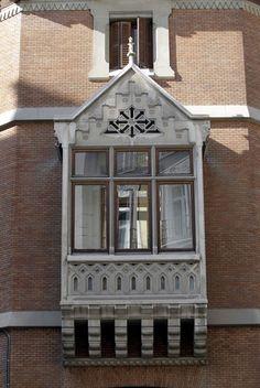 Balcón neogótico en chaflán, Palacio de Zabálburu, en la calle Marqués del Duero con la calle Pedro Muñoz Seca, Madrid