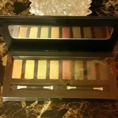 GARRET HEWITT MULTICOLOR EYESHADOW PALETTE Eyeshadow with 8 beautiful colors that will enhance the beauty of your eyes.  8 color palette. Mirrored Palette. Garret Hewitt  Makeup Eyeshadow